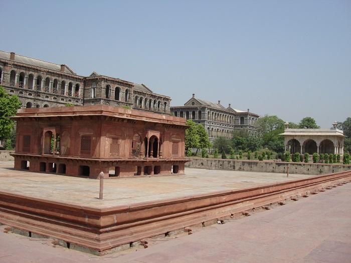 9 Red Delhi