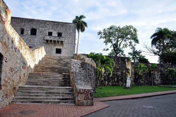 1 Colon Dominican