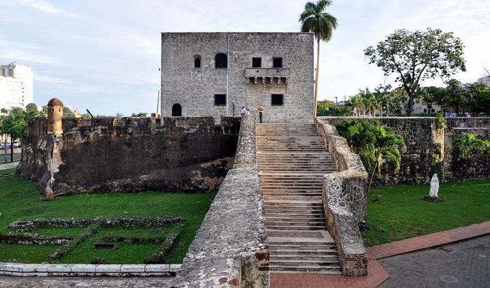 3 Colon Dominican